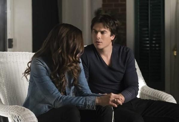 Damon et Elena.  Photo: (IMDB)