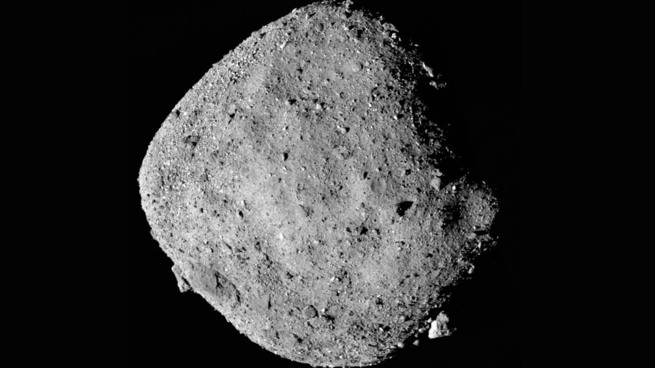 Cette image de l'astéroïde Bennu est réalisée à partir de 12 images PolyCam collectées le 2 décembre par OSIRIS-REx à une distance de 24 kilomètres. Image: Université de l'Arizona