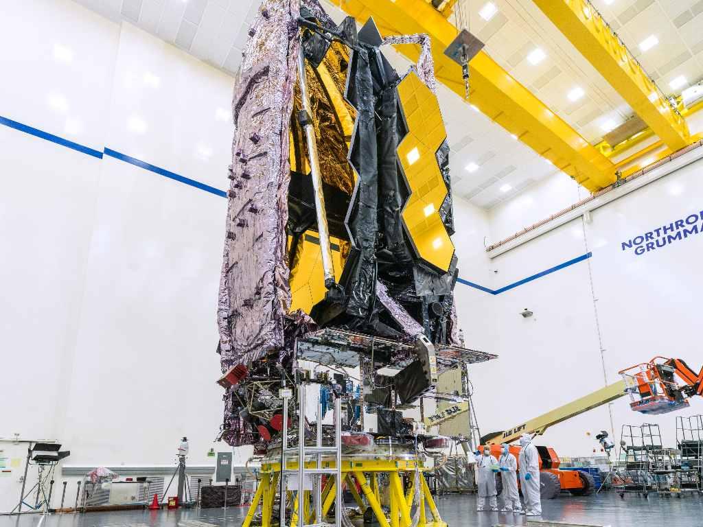 Entièrement assemblé et entièrement testé, le télescope spatial James Webb NASA/ESA/CSA a terminé son programme de test principal et se prépare bientôt à être expédié vers son site de lancement au port spatial européen en Guyane française.  Sur cette photo, Webb est plié comme il le sera pour le lancement.  Crédit image : NASA/Chris Gunn