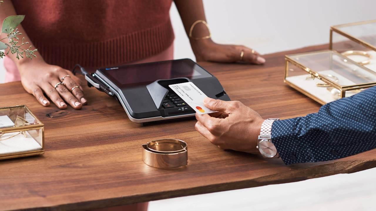 MasterCard a révélé qu'elle commencera à exclure les bandes magnétiques de ses cartes de crédit et de débit à partir de 2024. Crédit d'image : Mastercard
