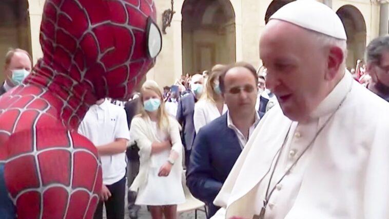 Spider Man Rencontre Le Pape Sous Une Apparence Improbable Au Vatican