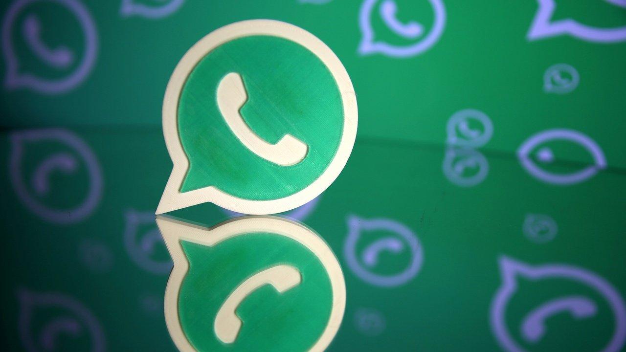 Un logo Whatsapp imprimé en 3D est visible devant un logo Whatsapp affiché dans cette illustration, le 14 septembre 2017. REUTERS/Dado Ruvic - RC16FAE1EA70