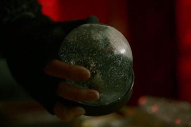 La boule de neige avec le samouraï était un cadeau de René (Photo : La casa de papel / Netflix)