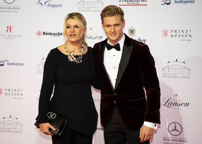 Corinna et son fils Mick.  Crédit : PA