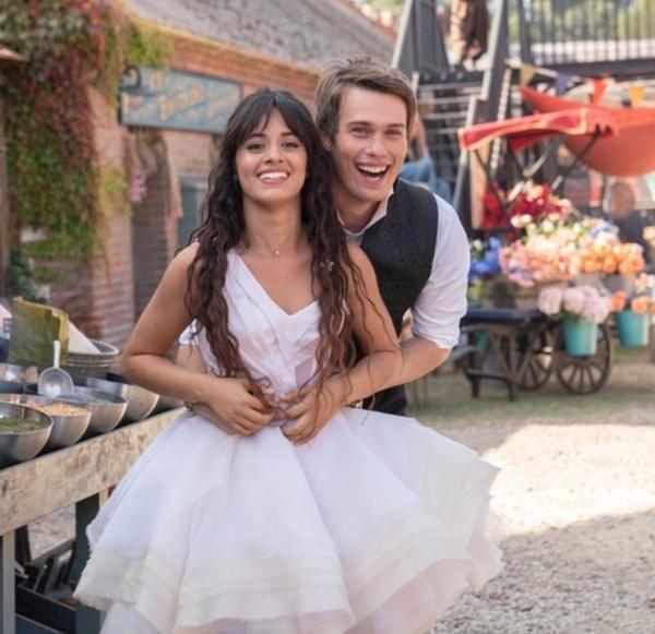 Nicholas Galitzine et Camila Cabello sur le plateau.  Photo: (Amazon Prime)