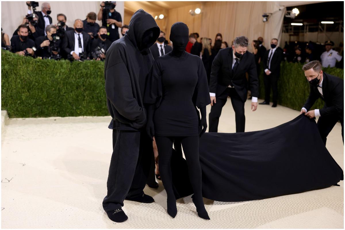 Kim Kardashian West et Demna Gvasalia posant sur le tapis rouge du Met Gala 2021.