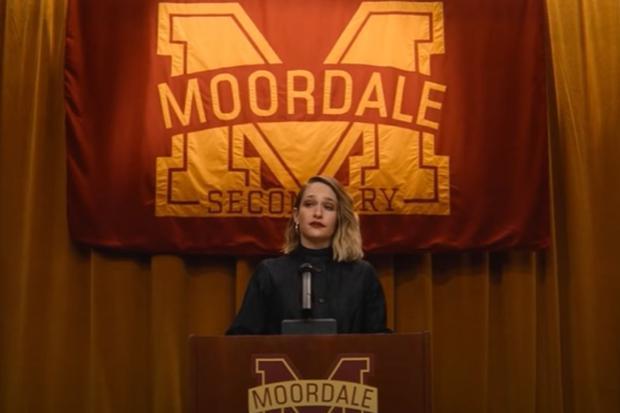 Hope est allée jusqu'à imposer des règles strictes pour sauver la réputation de Moordale (Photo: Netflix)