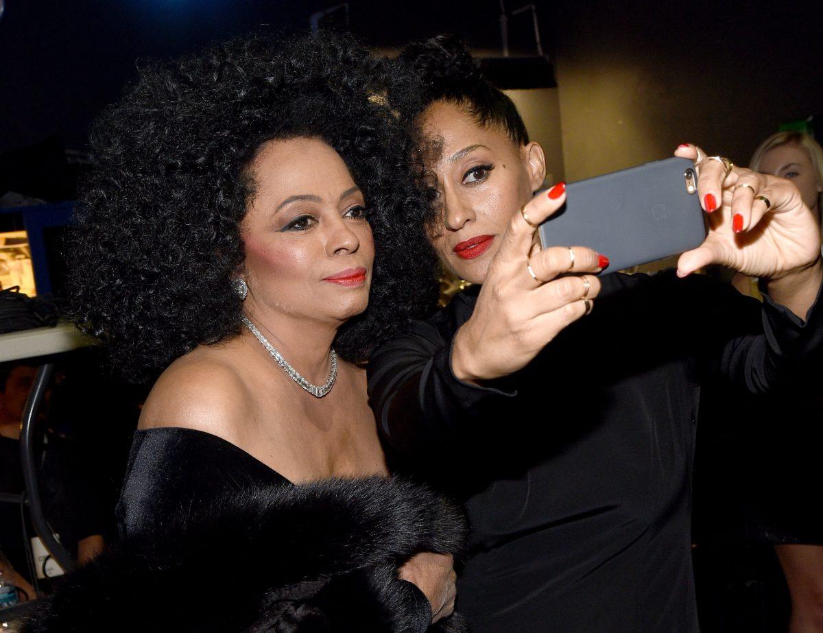 Diana Ross et Tracee Ellis Ross posant pour un selfie lors d'une remise de prix.