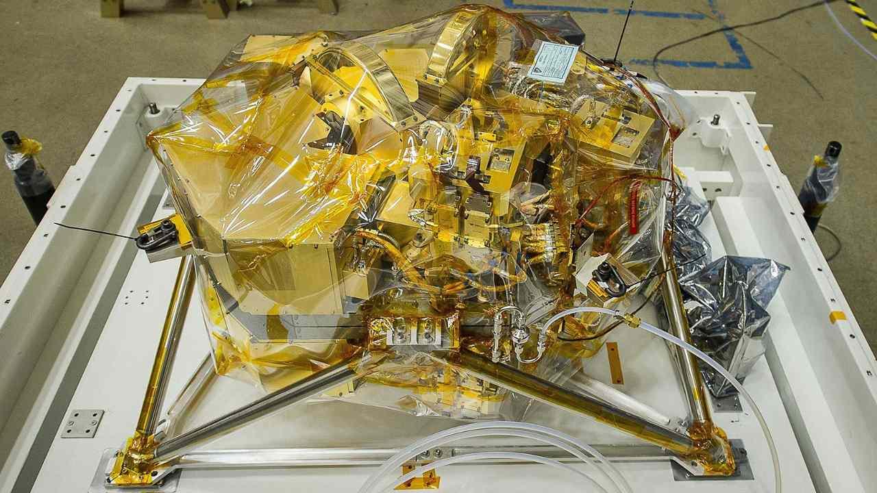 Le NIRCam, vu ici, mesurera la lumière infrarouge provenant de galaxies extrêmement lointaines et anciennes.  NASA/Chris Gunn,
