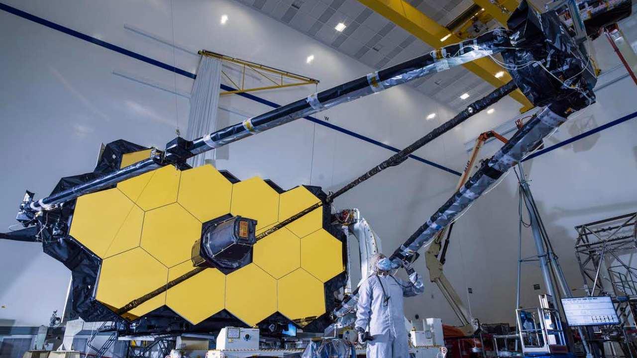 n afin de détecter les galaxies les plus lointaines et les plus anciennes, le télescope doit être énorme et maintenu extrêmement froid.  NASA/Chris Gunn,