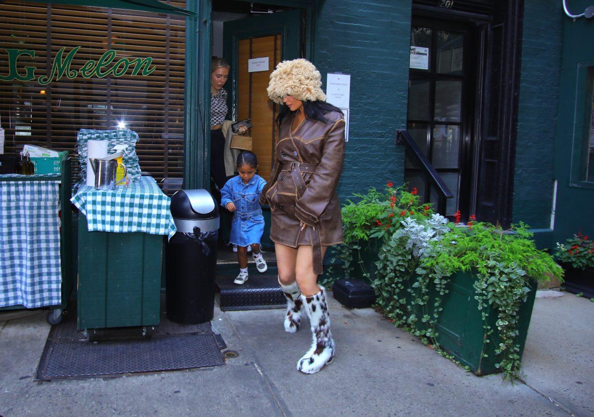 Kylie Jenner berce son style de grossesse en quittant un restaurant avec sa fille Stormi Webster.