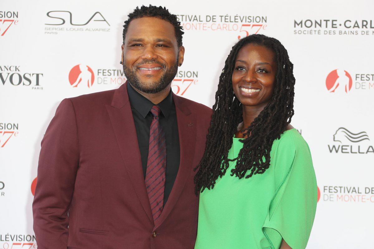 Anthony Anderson et sa femme Alvina Stewart souriant à la caméra sur le tapis rouge.