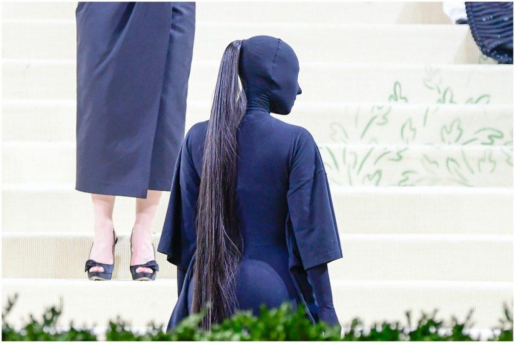 Kim Kardashian West au Met Gala 2021 vêtue d'une tenue Balenciaga entièrement noire.