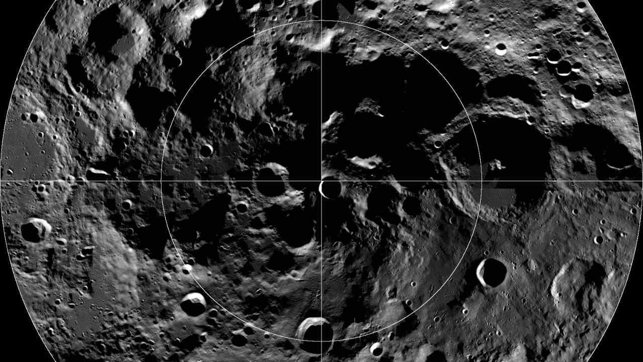 L'Union astronomique internationale a nommé un cratère au pôle sud de la Lune en l'honneur de l'explorateur de l'Arctique Matthew Henson.  Crédit image : NASA