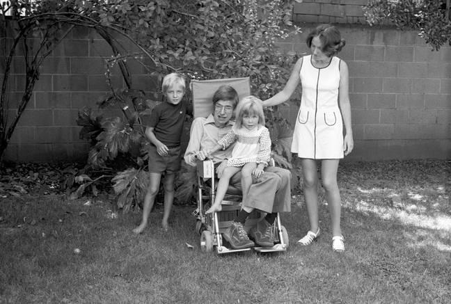 Colporter avec sa famille.  Crédit: Domaine Sky/Hawking