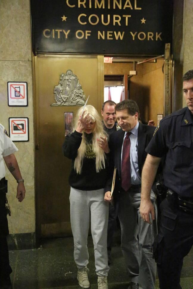 Amanda Bynes quitte le tribunal pénal de Manhattan en 2013 après avoir été arrêtée pour avoir prétendument jeté un bang par la fenêtre de l'appartement.  Crédit : PA
