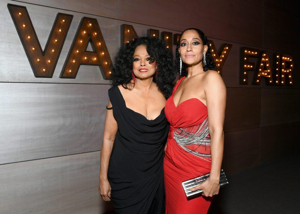 Diana Ross et Tracee Ellis Ross, nominée aux Emmy Awards, s'embrassent lors de la soirée Vanity Fair 2019.