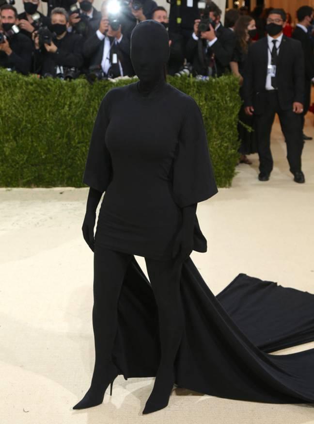Kim Kardashian présente la tenue tout en noir Balenciaga révélatrice.  Crédit : PA