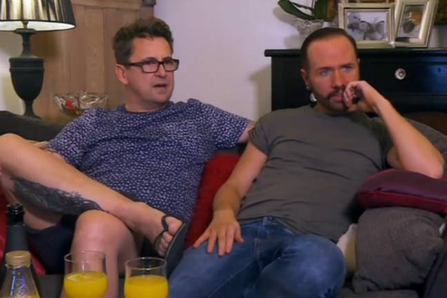 Chris Steede et Stephen Webb sur leur canapé dans Gogglebox de Channel 4