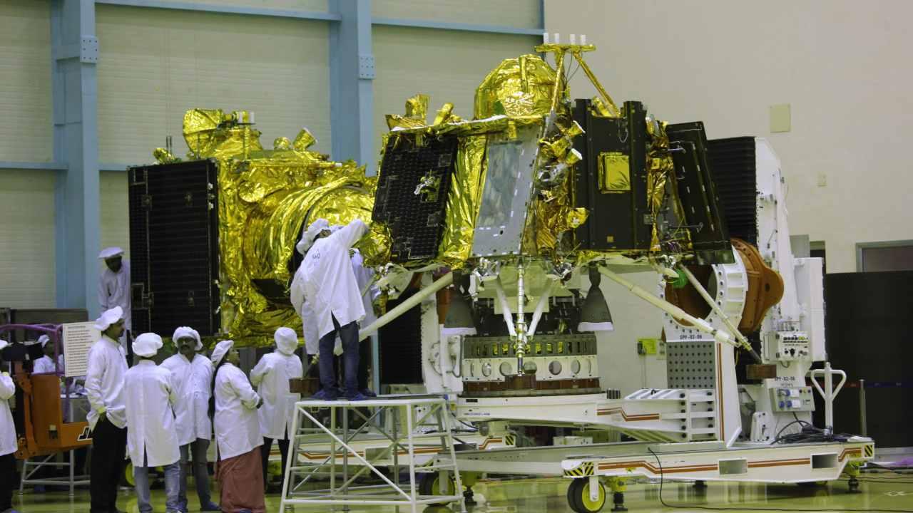 L'atterrisseur lunaire Vikram (au premier plan) et l'orbiteur (à l'arrière-plan), faisant partie de la mission Chandrayaan 2, dans une salle blanche à l'ISRO, Bangalore.  Image : Getty