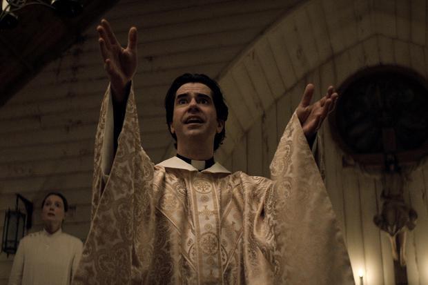 Le père Paul cache un terrible secret (Photo : Messe de minuit / Netflix)