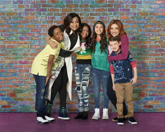 Raven est maintenant une mère célibataire de jumeaux et vit avec sa meilleure amie et son fils.  Crédit : Disney Channel