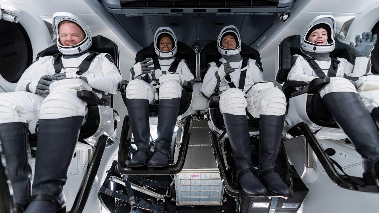 De gauche à droite, Chris Sembroski, Sian Proctor, Jared Isaacman et Hayley Arceneaux sont assis dans la capsule Dragon à Cap Canaveral en Floride, lors d'une répétition générale pour le lancement à venir.