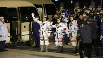 Le Vaisseau Spatial Chinois Shenzhou 13 Transportant Trois Astronautes à Quai,