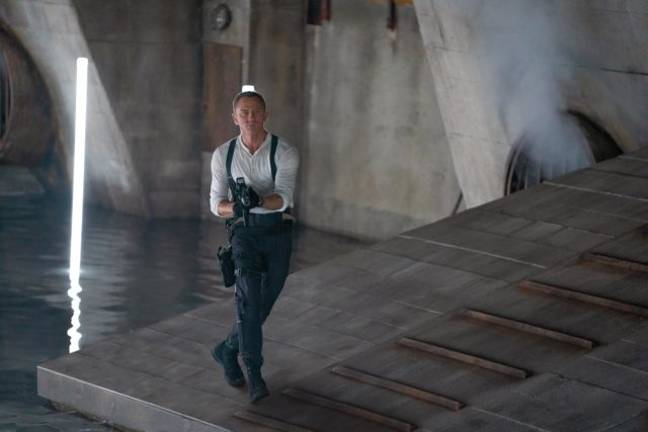 James Bond retourne détruire le laboratoire d'armes biologiques dans No Time To Die.  (Crédit: 007.com)