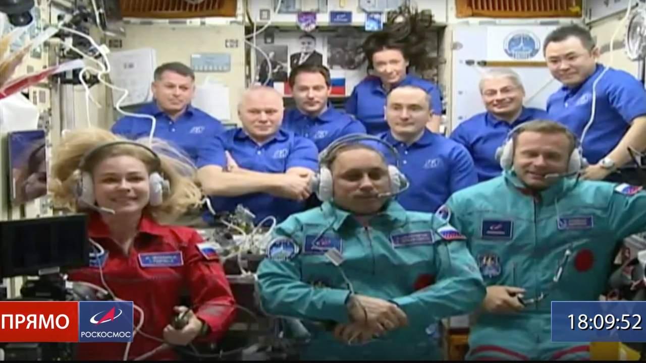 Aktorka Julia Peresild (po lewej), reżyser Klim Shipenko (po prawej) i astronauta Anton Shkaplerov siedzą w pierwszym rzędzie wśród innych uczestników misji na Międzynarodowej Stacji Kosmicznej, ISS, wtorek, 5 października 2021 r. Zdjęcie: Roscosmos Space Agency via AP