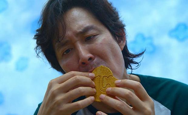 """Gu-hun essayant de terminer le deuxième test dans """"The Squid Game"""" (Photo: Netflix)"""